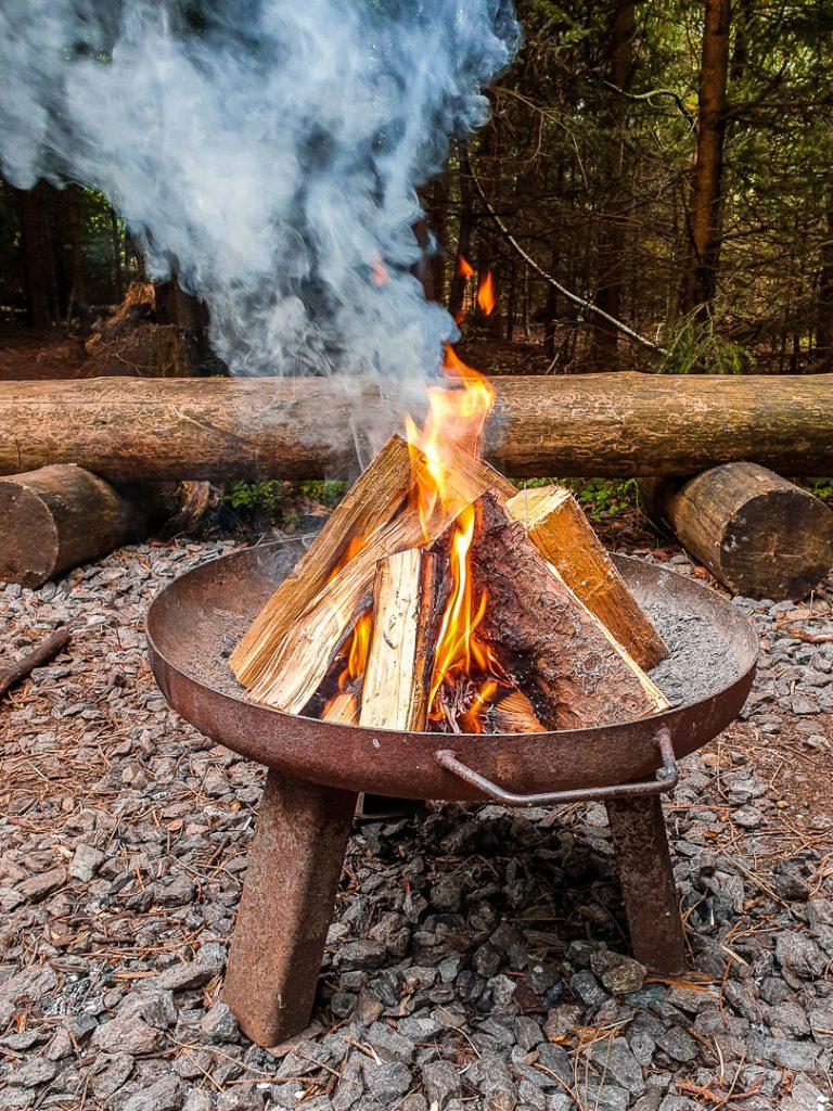 Eine eigene Feuerstelle gehört im Schwarzwaldcamp auch zum Familien Tipi Paul