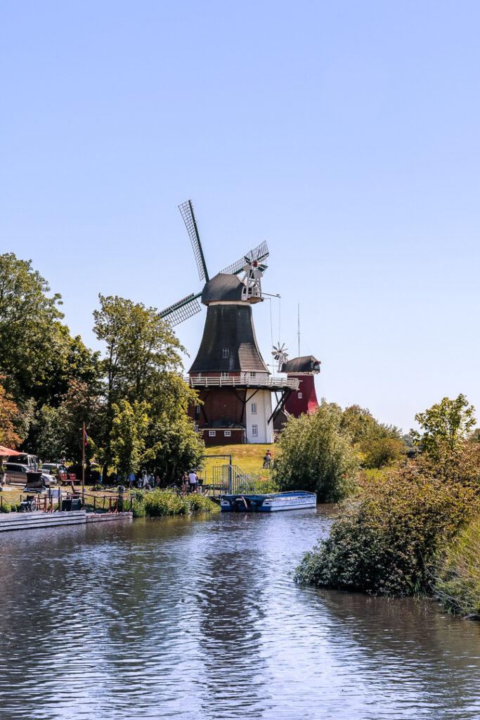 Windmühlen in Greetsiel - tolles Ausflugsziel für Familien mit Kindern