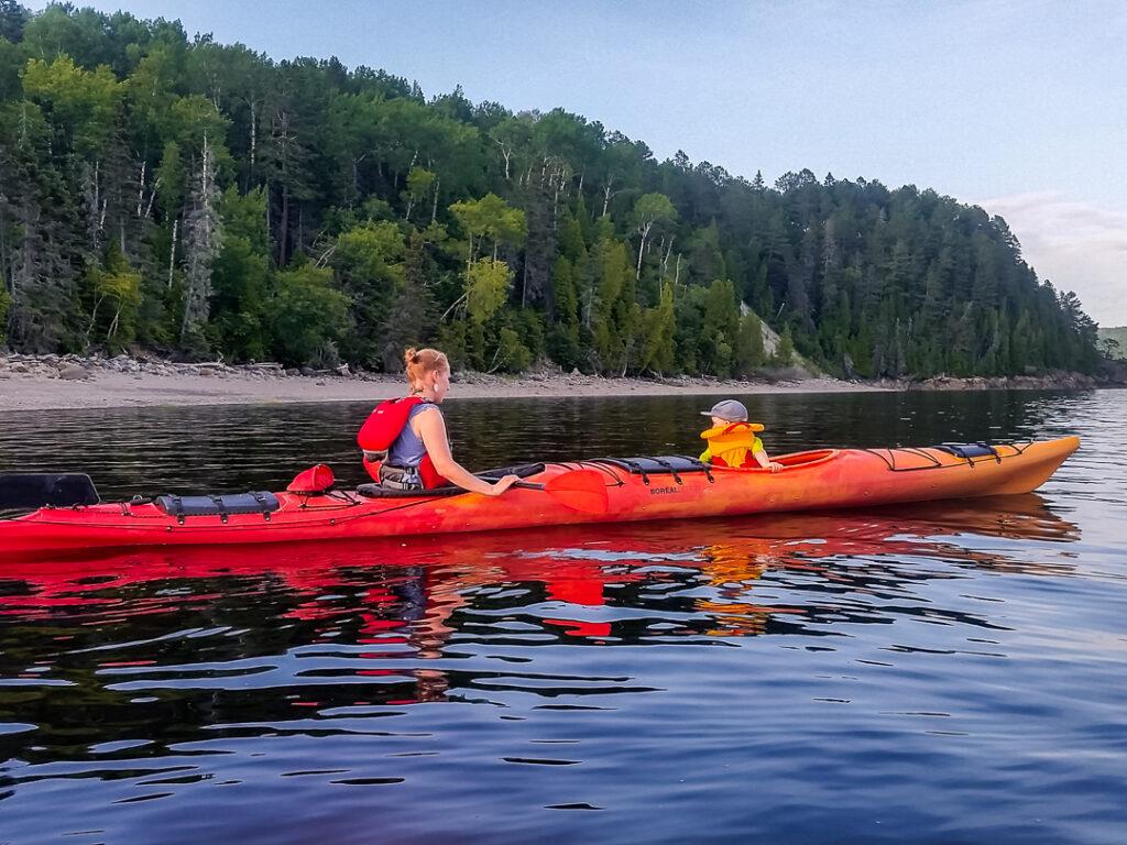 Mit Kind und Kajak unterwegs in einem Fjord