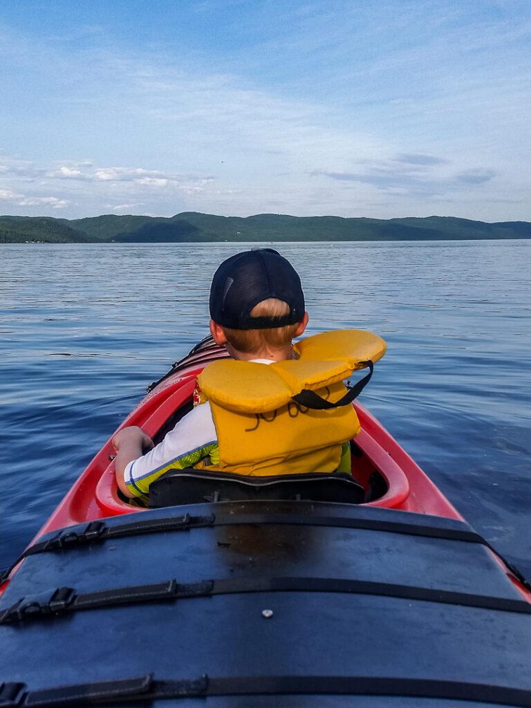 Mit dem See-Kajak in einem Fjord in Kanada