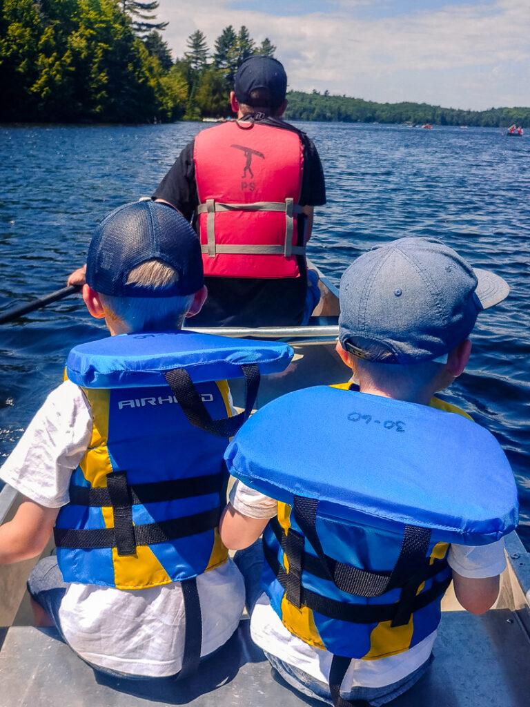 Mit Kindern im Kanu - im Kanadier sitzen Kinder am besten in der Mitte