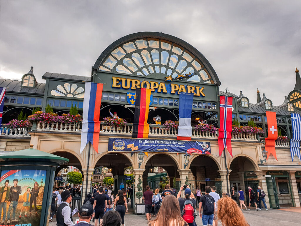 Haupteingang zum Europa Park - Morgens ist der Andrang noch gering